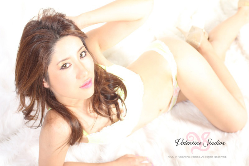 boudoir-photo-beautiful-brunette-asian-053